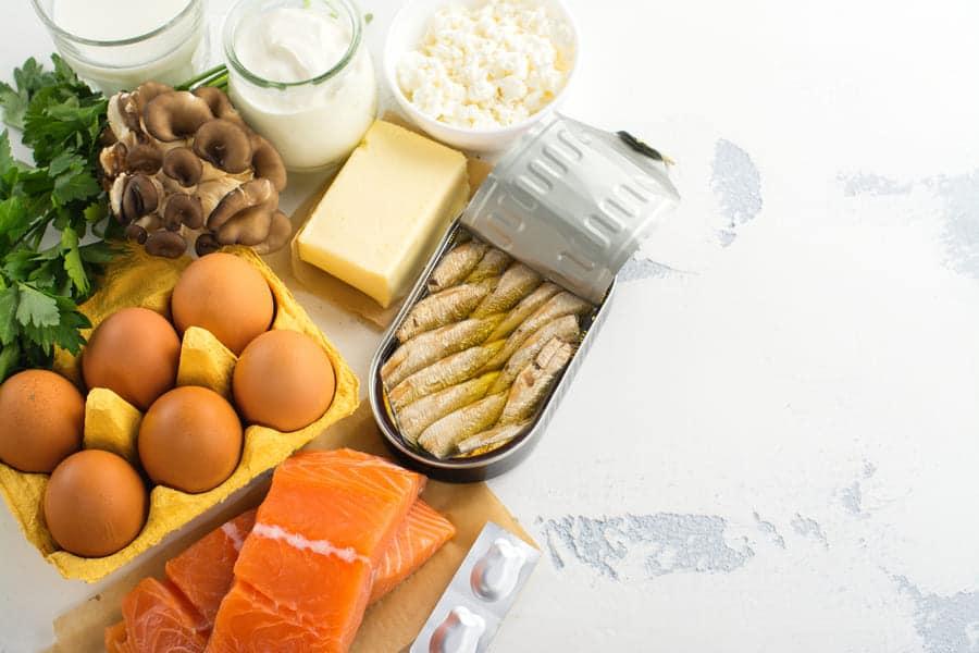 fonti di vitamina D come salmone, sgombro, uova, funghi e latticini