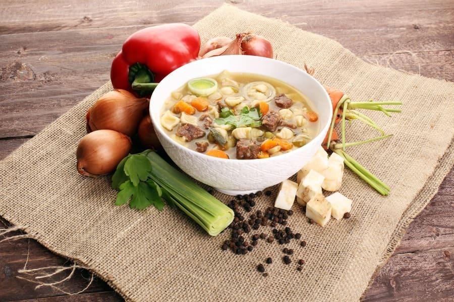 Piatto di legumi e alimenti ricchi di vitamina C