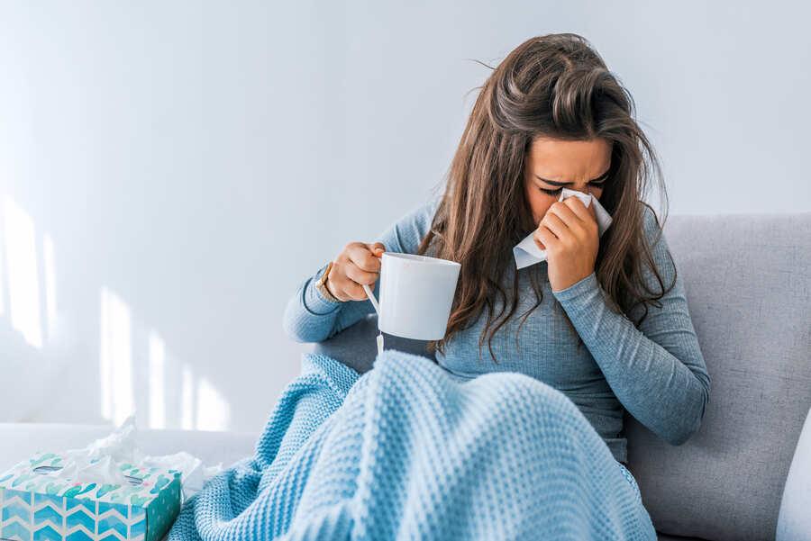 donna raffreddata sul divano