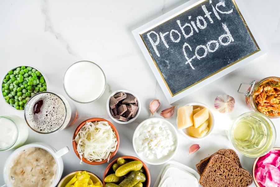 cibi probiotici su un tavolo bianco
