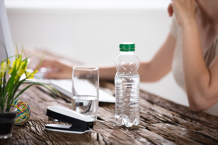 bottiglietta di acqua e saturimetro su un tavolo