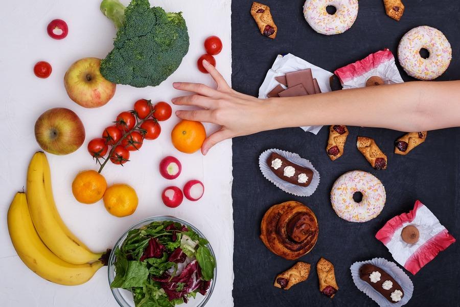 cibo sano a sinistra e junk food a destra