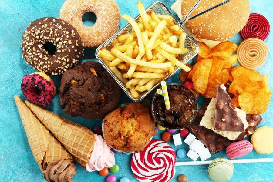 cibo spazzatura su un tavolo