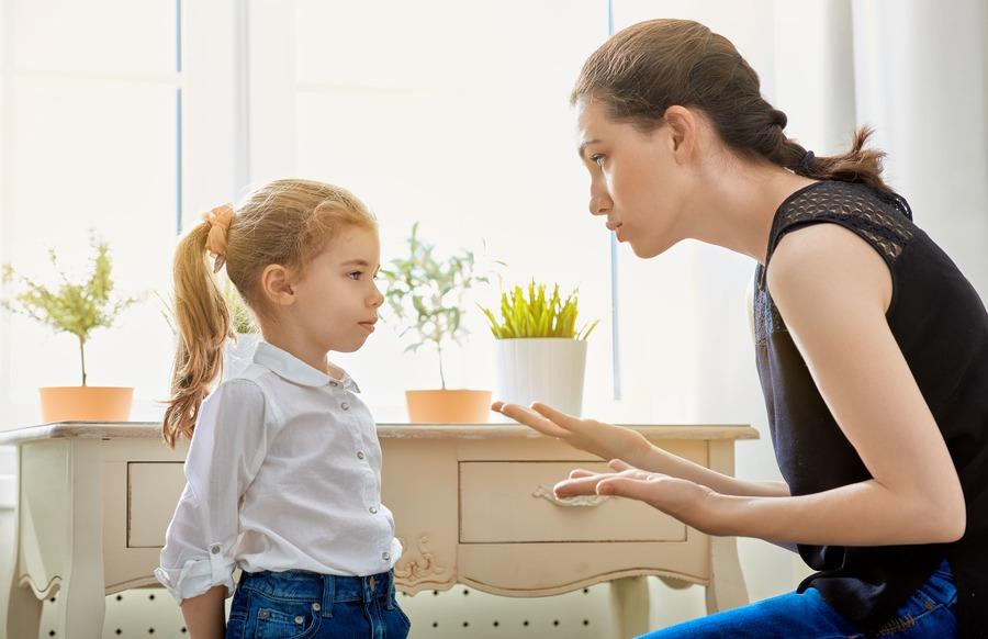 ragazza che spiega qualcosa a una bambina