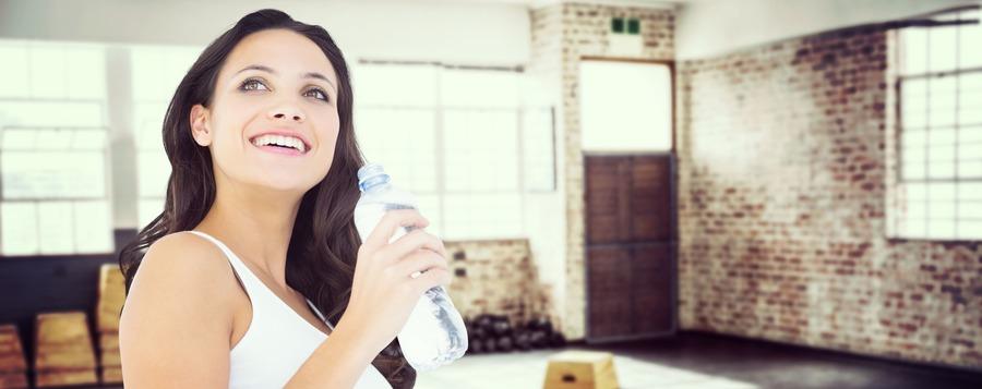 donna che beve dentro un magazzino