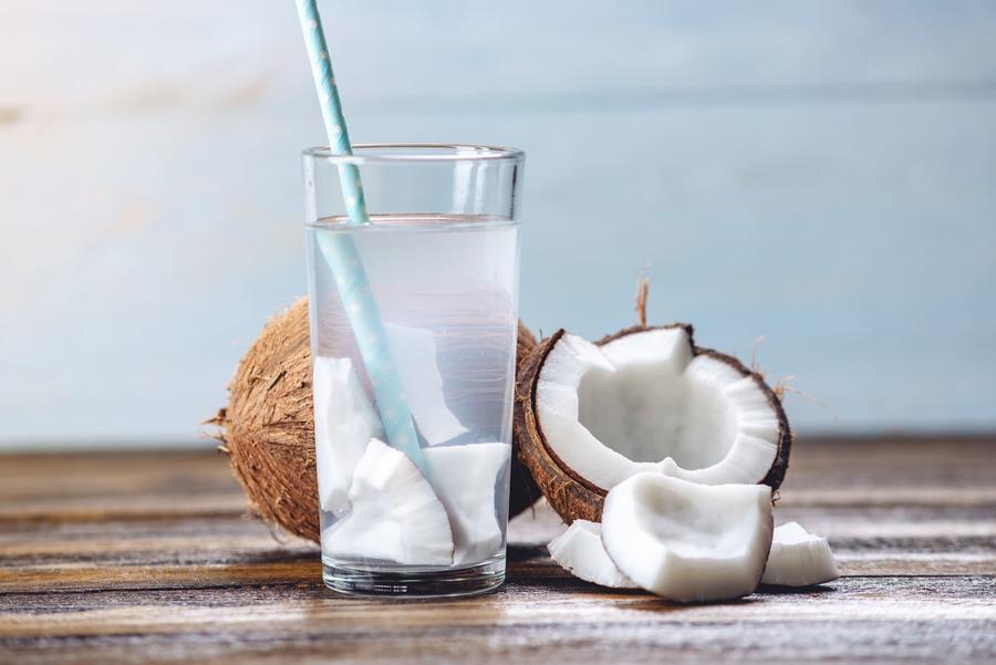 bicchiere con acqua di cocco