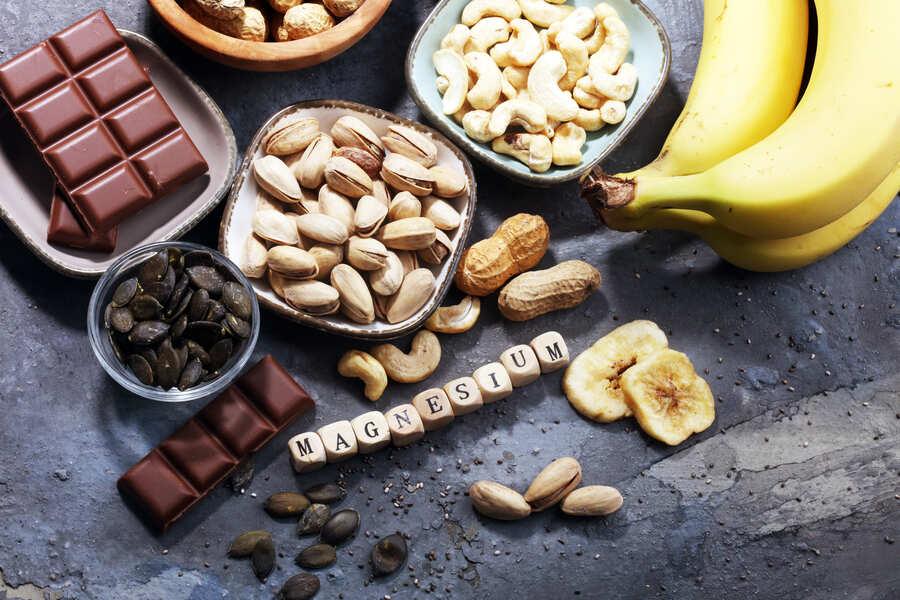 cibi ricchi di magnesio come frutta secca e banane