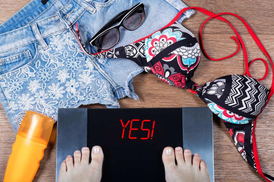 vestiti per l'estate e una bilancia