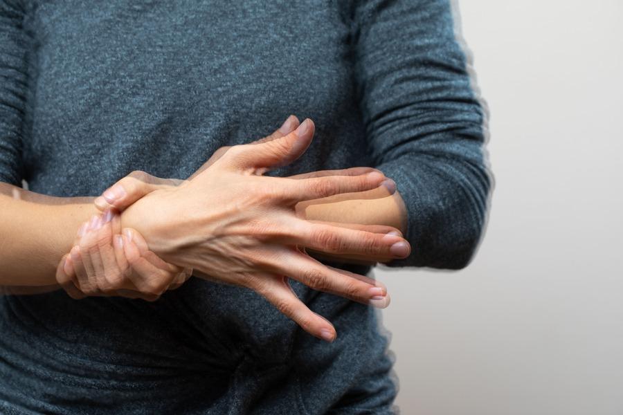 mano che fa male o trema