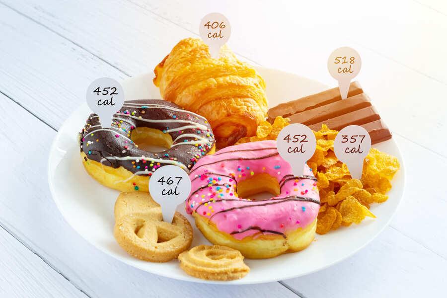 piatto pieno di junk food