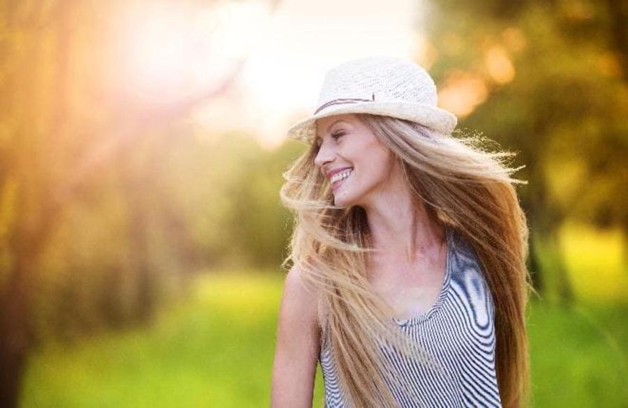 donna che sorride con un cappello