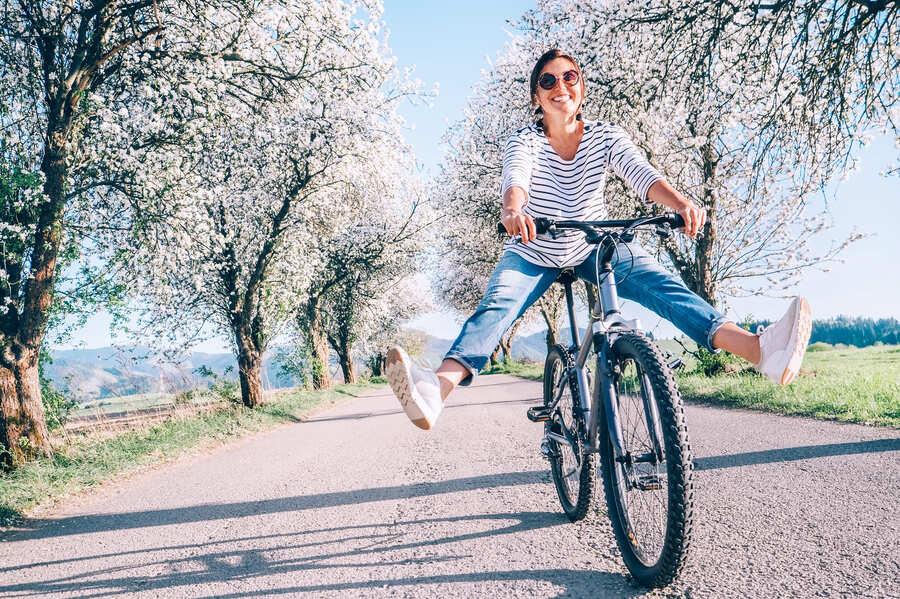 donna che va in bici su una strada