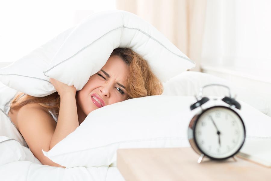 donna che non vuole alzarsi